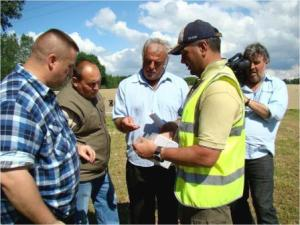 3_Examining artefacts Tim Whitford, unidentified, Lambis Englezos, Lt Col Peter Singh on site June 2008_sml